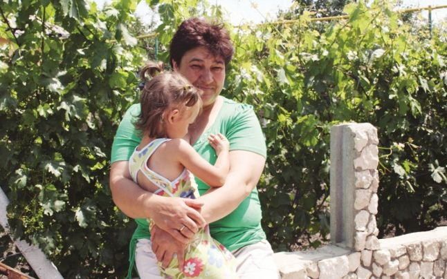 Micuța Alina s-a cuibărit în brațele mamei Elena Foto: Radu Anastas www.adevarul.md